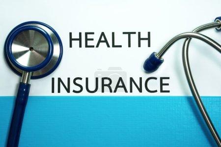 Photo pour Document d'assurance maladie en dossier bleu avec stéthoscope - image libre de droit