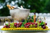 Talíř rozmanité čerstvé ovoce v bufetového stolu