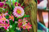 Zblízka z umělých květin