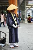 Monaci giapponesi in piedi