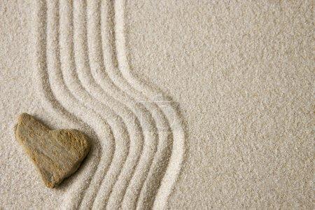 Photo pour Pierre de coeur sur sable râpé - image libre de droit