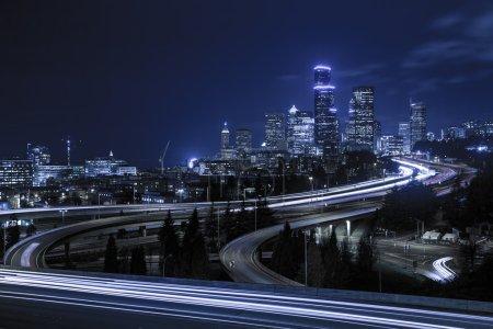 Photo pour Une vue classique du centre-ville de l'horizon de ville Seattle au crépuscule - image libre de droit