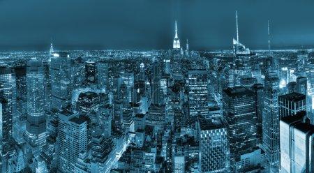 Photo pour Skyline night view of New York City - image libre de droit