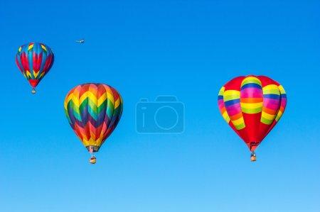 Photo pour Colorful hot air balloons over blue sky. Albuquerque balloon festival. - image libre de droit