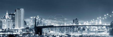 Photo pour Vue de nuit panoramique pont de Manhattan et Brooklyn - image libre de droit