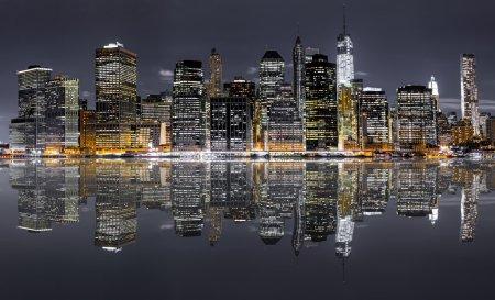 Photo pour Vue panoramique de nuit de New York City avec reflet dans l'eau - image libre de droit