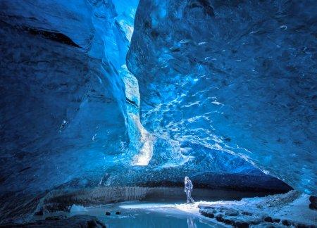 Photo pour Fille regardant la lumière dans la grotte de glace Grottes de glace à Vatnajokull, Islande . - image libre de droit