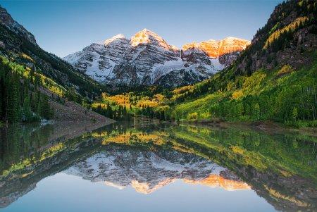 Photo pour Sunrise at Maroon bells lake - image libre de droit