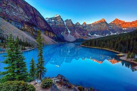 Photo pour Moraine lake in Banff National Park, Canaga,  Valley of the Ten Peaks - image libre de droit