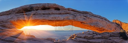 Photo pour Natural arch glowing in the rays of the rising sun. Mesa Arch, Canyonlands, Utah - image libre de droit