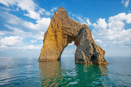 Photo pour Golden Gate - coastal rock arch-shaped volcanic massif in Kara-Dag in Crimea, on the Black Sea. - image libre de droit
