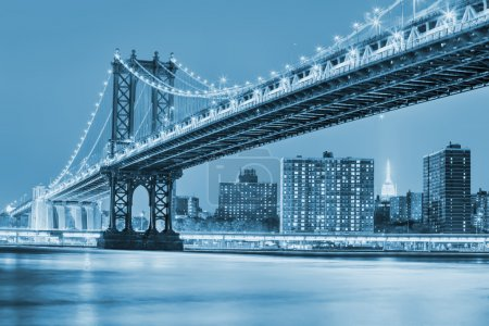 Photo pour Night view of Manhattan bridgewith blured reflection in river - image libre de droit