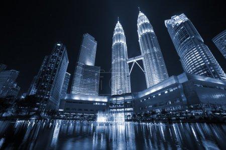 Photo pour Fountain at night near Petronas towers in Kuala Lumpur - image libre de droit