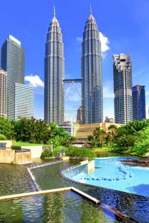 Photo pour Fountain in KLCC park near Petronas towers in Kuala Lumpur - image libre de droit