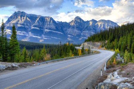 Photo pour La route plus pittoresque dans les parcs nationaux Banff et Jasper, Canada - image libre de droit