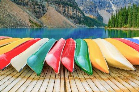 Photo pour Kayaks au lac Moraine dans le Parc National de Banff - image libre de droit