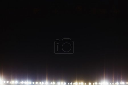 Photo pour Vue des lumières de stade pendant la nuit - image libre de droit