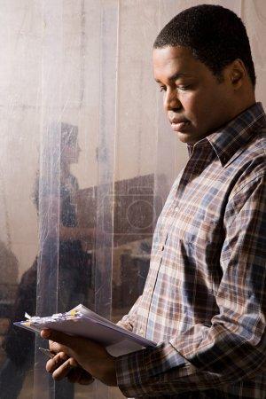 Photo pour Homme travaillant dans un entrepôt - image libre de droit