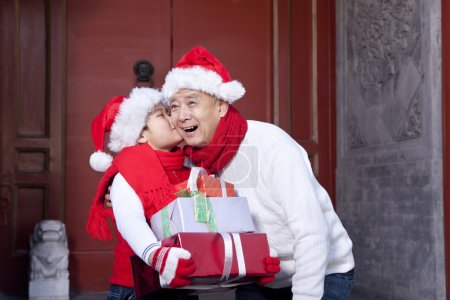 Photo pour Grand-père et son petit-fils tenant des cadeaux de Noël - image libre de droit