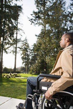 Photo pour Homme handicapé en fauteuil roulant - image libre de droit