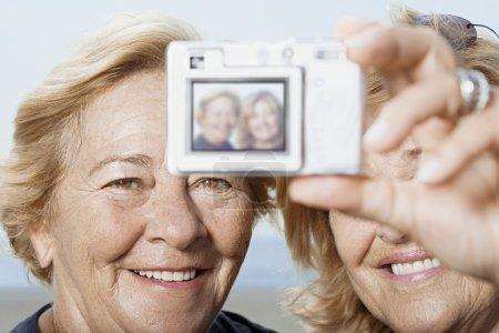 Photo pour Femme de prendre une photo d'eux-mêmes - image libre de droit