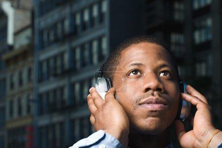 Photo pour Homme à l'écoute au casque - image libre de droit