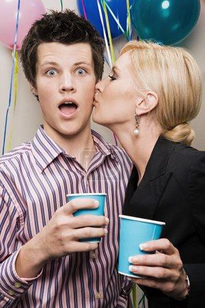 Photo pour Femme embrasse l'homme à la fête de Noël - image libre de droit