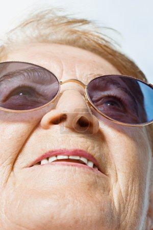 Photo pour Femme âgée levant les yeux - image libre de droit
