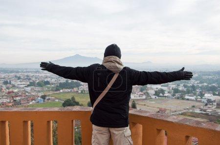 Foto de Hombre viajero sombrero de invierno se ve el paisaje de Cholula, cerca de Puebla (México) - Imagen libre de derechos