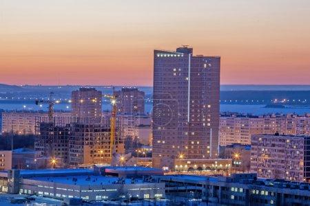 Photo pour Vue de la ville d'en haut, hiver et neige le soir - image libre de droit