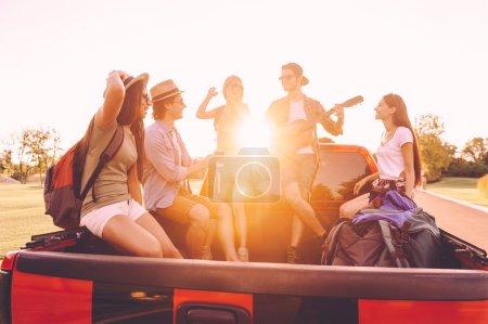 menschen geniessen ihre road trip