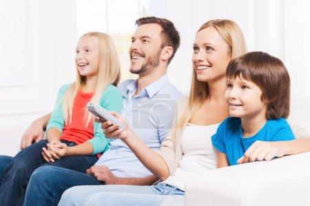 familie beobachten tv bei eigenheim