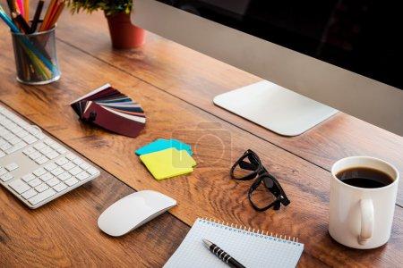 Arbeitsplatz mit Holztisch und Computer