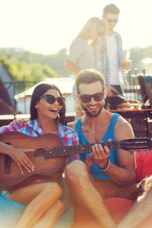 mann seine freundin das gitarrespielen lehren
