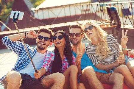 froehliche junge menschen machen selfie