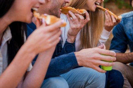 jugendliche die pizza essen wenn sie