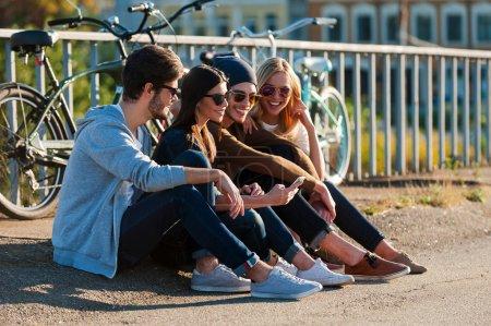 junge leute die betrachten smartphone