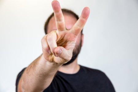 Photo pour Homme dans la trentaine pose pour un portrait en studio avec un fond semi-blanc . - image libre de droit