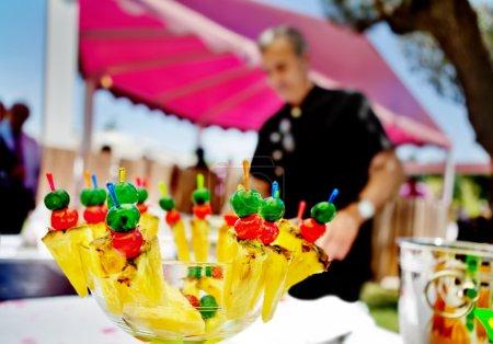 Photo pour Restauration et cocktail en plein air. Événements alimentaires et célébrations avec la carpe. fruits - image libre de droit