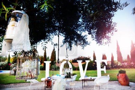 Photo pour Cérémonie à l'extérieur. Décoration des célébrations. L'amour. Raboteuse de mariage. mariages dans le jardin - image libre de droit