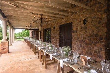 Photo pour Mariage décoration chaises cérémonie pelouse piscine paysage avec vous pourrez déjeuner Dîner table paramètres sur véranda véranda - image libre de droit