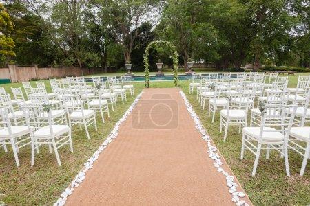 Photo pour Mariage décoration chaises cérémonie pelouse piscine paysage avec vous pourrez déjeuner Dîner table paramètres sur porche verandag - image libre de droit