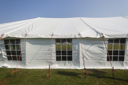 Photo pour Décoration de tente blanc grand mobile sur le terrain pour l'événement de fête - image libre de droit