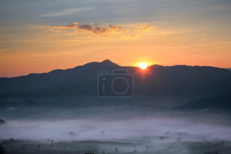 Photo pour Bonjour coucher de soleil avec brume sur les montagnes de Thaïlande, Phu Lang Ka - image libre de droit