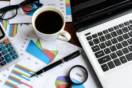 Photo pour Ordinateur portable sur bureau et tableur d'analyse graphique, Finances des entreprises - image libre de droit