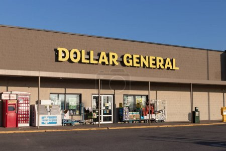 Photo pour Greensburg - Vers novembre 2020 : Dollar General Retail Location. Dollar General est un détaillant à rabais pour petites boîtes. - image libre de droit