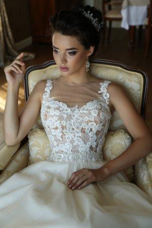 Photo pour Photo intérieure de la mode de mariée superbe en robe de mariée luxueuse posant dans la chambre de l'hôtel - image libre de droit