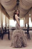 Smyslná žena s dlouhými tmavými vlasy v luxusní flitr šaty