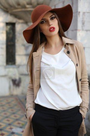 Photo pour Mode photo extérieure de belle dame aux cheveux foncés portant des vêtements élégants, posant dans le parc d'automne - image libre de droit