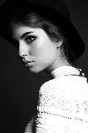 Photo pour Mode noir et blanc studio photo de magnifique femme sensuelle aux cheveux raides foncés porte des vêtements élégants et bijou - image libre de droit